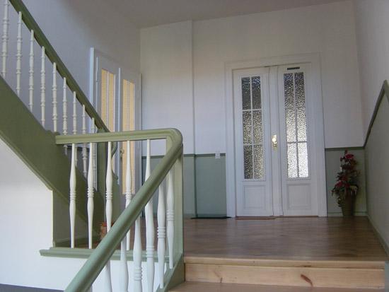gro artig farbgestaltung treppenhaus galerie. Black Bedroom Furniture Sets. Home Design Ideas